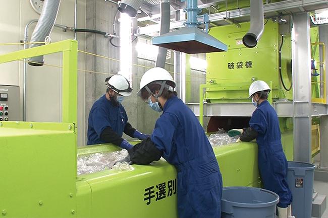 手作業によりペットボトルとプラスチック製容器包装に混入した不適物を取り除きます。